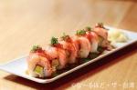 「サーモンとアボカドのロール寿司」(320元)イクラと紫蘇の千切りが載って、味のバランスがとてもいい。