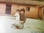 幼いころよく遊びに行った母の実家で、父の腕に抱かれるJude。